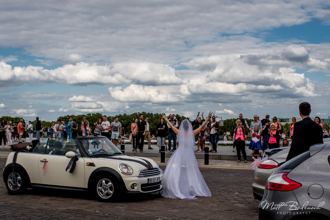 french bride celebrating in the middle of traffic | bordeaux street photography
