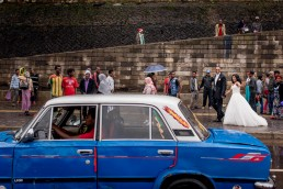 Ethiopian wedding couple having portraits in Rush hour in Addis Ababa (Ethiopia) with a blue taxi