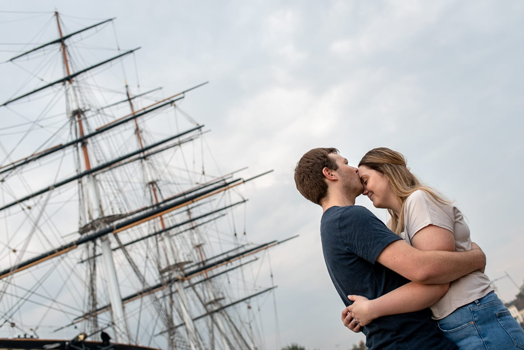 Couple kissing in front of the Cutty Sark